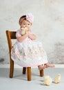 Osternmädchen und küken Stockfotos