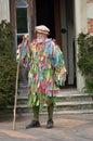 Oude mens met grijze baard in het meidagweer invoeren die zich met stok bevinden Royalty-vrije Stock Foto