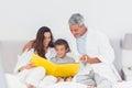 Ouders met hun zoon die op bed samen foto bekijken alb Royalty-vrije Stock Fotografie