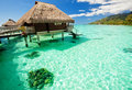 Over waterbungalowwen met stappen in lagune Stock Foto