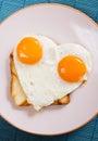 Ovo fritado dado forma coração Imagem de Stock