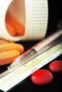 Píldoras, jeringuilla y termómetro Fotografía de archivo libre de regalías