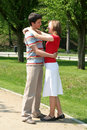Paar dat in Park koestert Royalty-vrije Stock Afbeeldingen