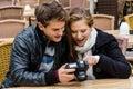 Paar die foto s op digitale camera bij restaurant bekijken Stock Afbeeldingen