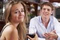 Paare auf erfolglosem blind date im restaurant Lizenzfreie Stockbilder