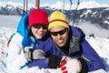 Paare, die Spaß am Ski-Feiertag in den Bergen haben Stockfotos