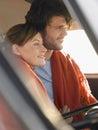 Paare in front seat of campervan Lizenzfreie Stockbilder