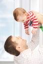 Padre felice con il bambino adorabile Immagine Stock