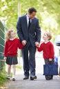 Padre walking to school con los niños en manera de trabajar Imagen de archivo libre de regalías