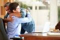 Pai and teenage son que tem um abraço Fotos de Stock
