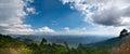 Paisagem tropical de india sul com montanhas e nivelamento do céu nebuloso por do sol em kerala india panorama de três imagens Imagem de Stock Royalty Free