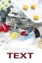 Paquetes de diversas píldoras y jeringuilla Imágenes de archivo libres de regalías