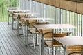 Para fora tabelas e cadeiras de jantar da porta Fotografia de Stock