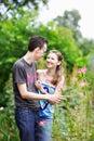 Para spacer szczęśliwy parkowy Fotografia Royalty Free