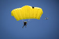 Parachutist on the blue sky Royalty Free Stock Photos