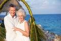 Pareja mayor que consigue casada en ceremonia de la playa Foto de archivo libre de regalías