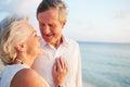 Pareja mayor que consigue casada en ceremonia de la playa Fotos de archivo