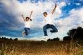Pares asiáticos que saltan para la alegría Fotos de archivo