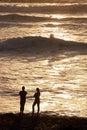 Pares do homem & da mulher na praia no jogo do sol Fotografia de Stock Royalty Free