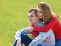 Pares en amor pares felices libres que disfrutan de la naturaleza Imagen de archivo