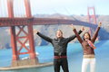 Pares felizes do turista dos povos de san francisco em golden gate bridge cheering moderno atrativo novo dos pares feliz excited e Imagens de Stock Royalty Free