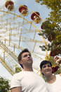 Pares jovenes en el parque temático Imágenes de archivo libres de regalías