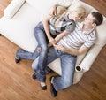 Pares jovenes que se sientan en el asiento de amor Imagen de archivo