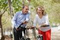 Pares mayores que caminan en parque del verano Imágenes de archivo libres de regalías