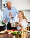 Pares mayores que cocinan la comida sana Imagenes de archivo
