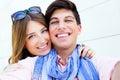 Pares novos felizes que tomam fotos com um smar Imagem de Stock Royalty Free