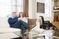 Pares que se relajan en la sala de estar Imagen de archivo