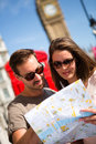 Pares que sightseeing em Londres Fotografia de Stock Royalty Free