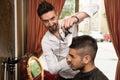Parrucchiere cleaning young man dopo taglio di capelli Fotografia Stock