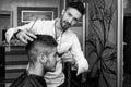 Parrucchiere cleaning young man dopo taglio di capelli Immagine Stock Libera da Diritti