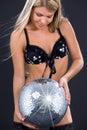Party o dançarino na roupa interior preta com esfera do disco Imagem de Stock