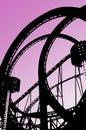 Passeio dando laços do roller coaster na feira de divertimento Foto de Stock Royalty Free