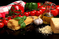 Cestoviny surový na čierny paradajky olivový olej cesnak vertikálne