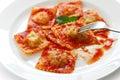 Pastas de los raviolis con la salsa de tomate, alimento italiano Fotografía de archivo