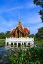 Pavillion tailandês na lagoa de lótus em um parque banguecoque Fotos de Stock Royalty Free
