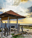 Pavillion traditionnel sur la plage de coucher du soleil Photographie stock libre de droits