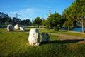 Paysage romantique avec des roches pré pins le long de manière de chemin Photo stock