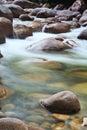 En arroyo agua