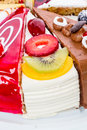 Pedazo de torta con la fruta fresca Imágenes de archivo libres de regalías