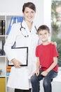 Pediatra y paciente valiente Fotos de archivo