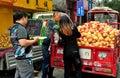 Pengzhou cina agricoltore selling pomegranates Fotografia Stock Libera da Diritti