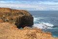 Penhasco litoral em forest walk hirto de medo com água do mar azul profunda Fotografia de Stock Royalty Free