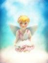 Pequeña hada rubia joven celestial de la muchacha del ángel que se sienta en una nube Foto de archivo libre de regalías