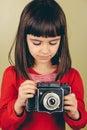 Pequeño fotógrafo retro con una cámara vieja Foto de archivo