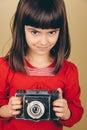 Pequeño fotógrafo retro con una cámara vieja Imagen de archivo
