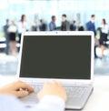 Person typing sur un ordinateur portable moderne dans un bureau Images libres de droits